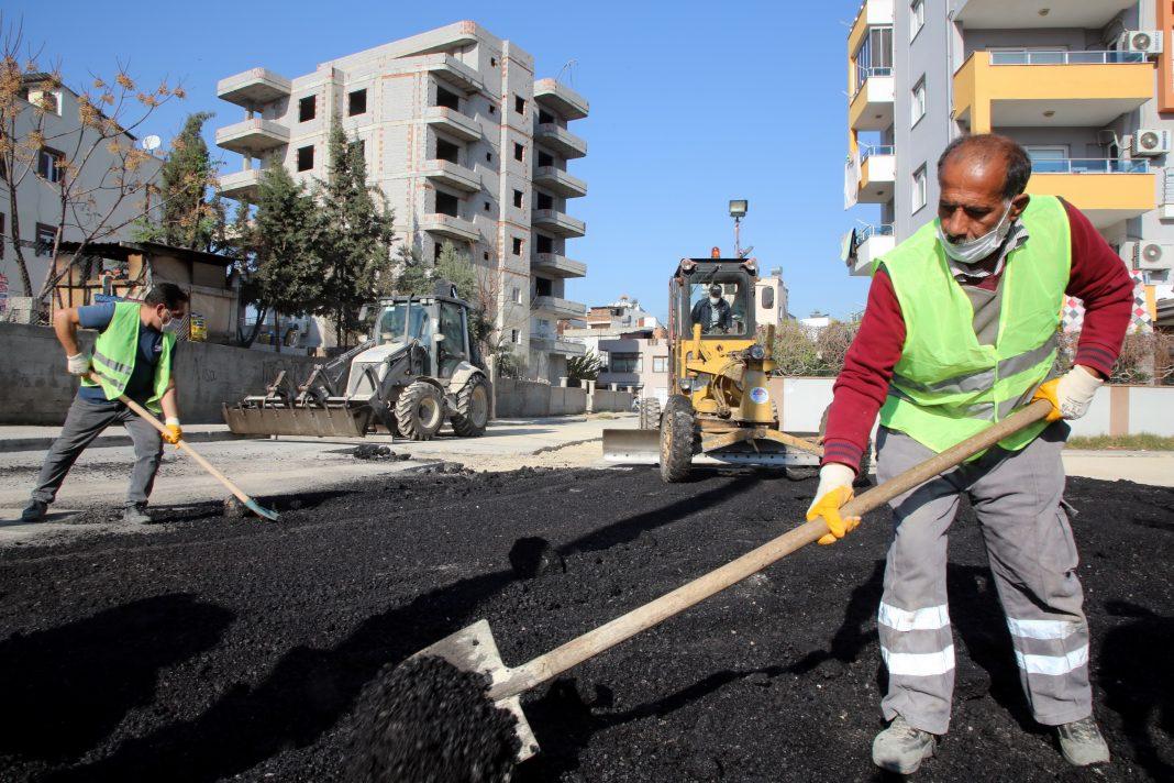 asfalt yama kaldirim yenileme calismalari 3 AKDENİZ BELEDİYESİ SOKAKLARI YENİLİYOR