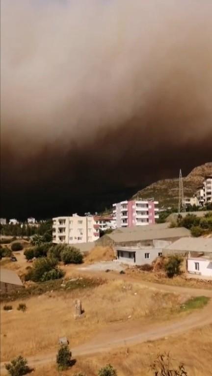 AW380602 02 Mersin'deki orman yangını yerleşim yerlerini tehdit etmeye başladı